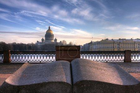 Photo pour Livre de granit sur la rivière Neva. Vue de la cathédrale Saint-Isaac - image libre de droit