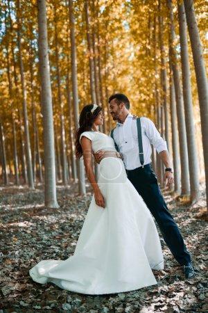 Photo pour Juste un couple marié ensemble dans un fond de peuplier - image libre de droit