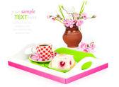 Malinový dort s šálkem kávy v zásobníku k snídani