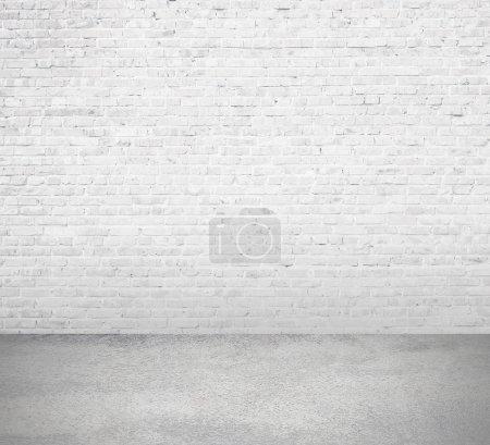 Photo pour Chambre intérieure avec mur de briques blanches et plancher - image libre de droit