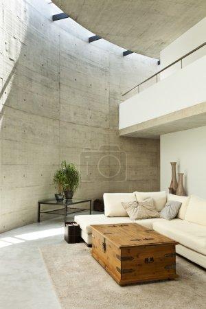 Photo pour Belle maison moderne en ciment, intérieur, salon - image libre de droit