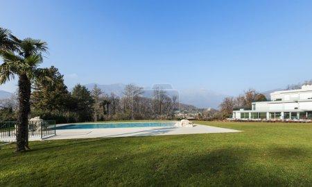 architecture moderne, vue sur la piscine de natation