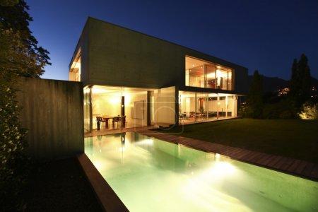 Foto de Casa de la belleza en la noche con piscina - Imagen libre de derechos