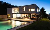 Moderní vila v noci