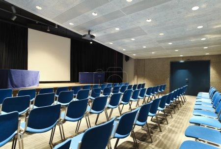 Photo pour Intérieur d'un palais des congrès, salle de conférence - image libre de droit