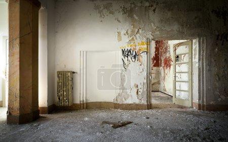 Photo pour Vieux bâtiment abandonné, intérieur - image libre de droit