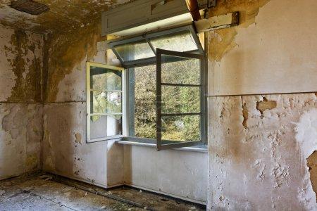 Photo pour Abandonné le bâtiment, une pièce vide avec fenêtre - image libre de droit