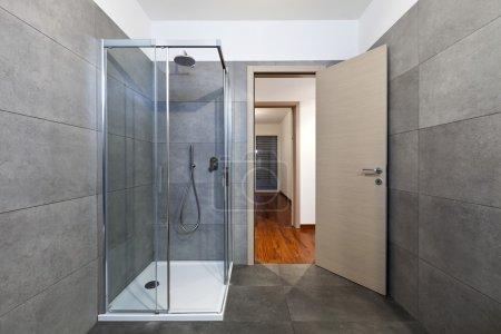 Photo pour Appartement neuf, cabine de douche de salle de bain - image libre de droit