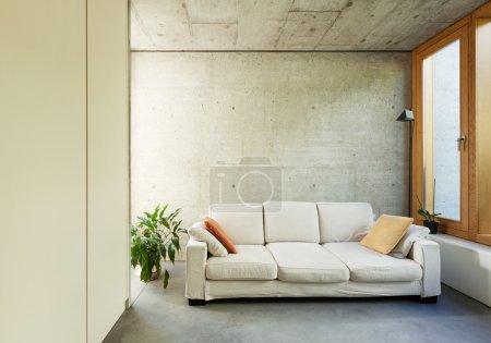Photo pour Belle maison moderne en ciment, intérieurs, avec divan - image libre de droit