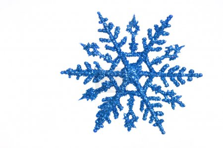 Foto de Ornamento del copo de nieve azul con destellos sobre un fondo blanco - Imagen libre de derechos