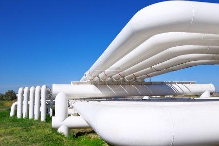 Photo pour Tuyau industriel avec gaz et pétrole et eau sur fond de ciel bleu - image libre de droit