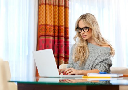 Photo pour Écrivain de la jolie femme chez elle avec l'ordinateur portable dans le processus créatif - image libre de droit