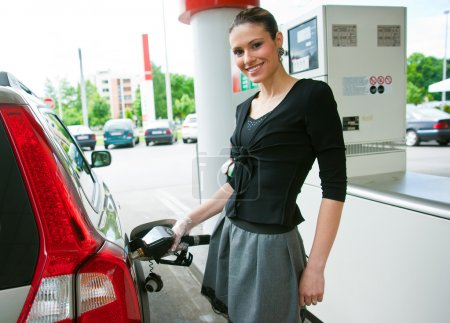 woman refuel her car