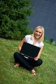 Dívka s notebookem mimo