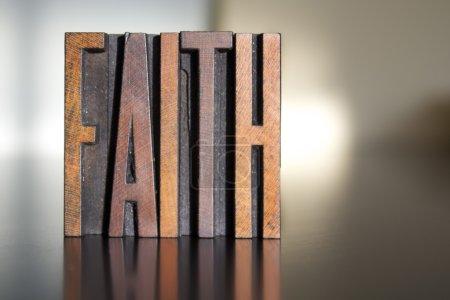 Photo pour Le mot FAITH écrit en caractères typographiques vintage en bois - image libre de droit