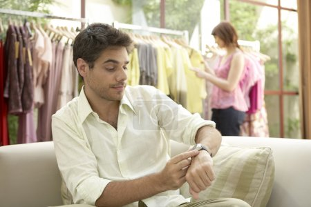 Photo pour Homme, femme, vérifiant sa montre avec impatience. - image libre de droit