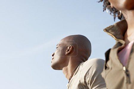Photo pour Portrait d'un couple noir attrayant avec un ciel bleu. - image libre de droit