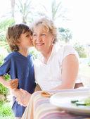 "Постер, картина, фотообои ""Гранд ребенка мальчика целоваться бабушка"""