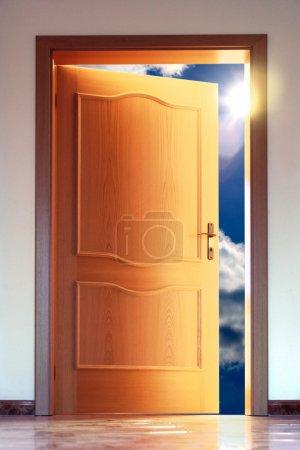 Photo pour Porte ouverte sur le ciel bleu avec soleil - image conceptuelle - image libre de droit