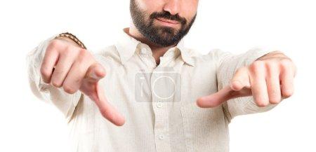 jeune homme opposé pointage sur fond blanc