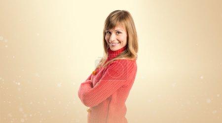 Photo pour Jeunes femmes avec le sien bras croisés sur fond ocre - image libre de droit