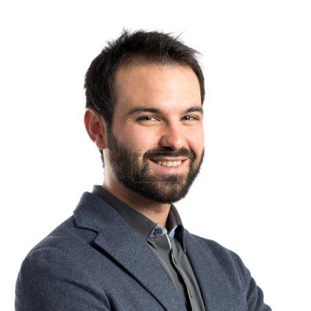 Photo pour Homme d'affaires avec les bras croisés sur fond isolé - image libre de droit