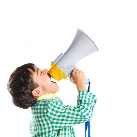 Photo pour Kid criant par mégaphone, sur fond blanc - image libre de droit
