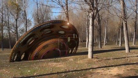 Photo pour Un ovni s'écrase dans la forêt d'automne - image libre de droit
