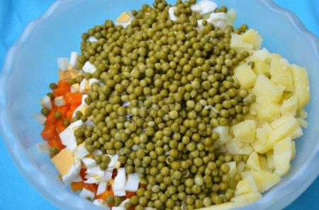 Foto de Guisantes, verduras cocidas y huevo preparados para una ensalada en un cuenco - Imagen libre de derechos