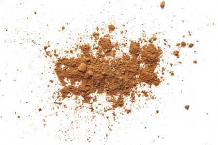 Photo pour Poudre de cacao sur fond blanc - image libre de droit