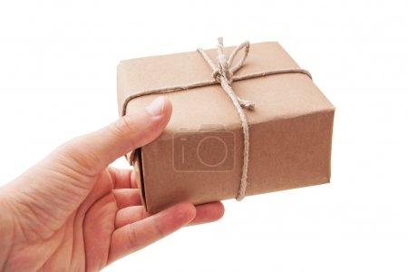 Hand liefert ein Paket aus