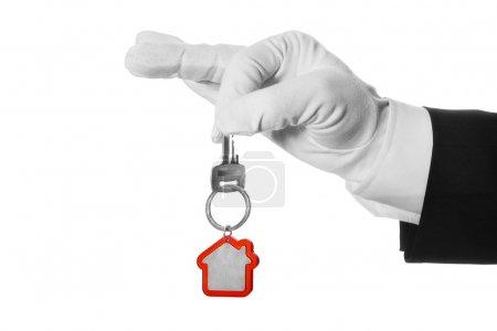 Photo pour Clé de la maison dans l'arrêt butler main sur fond blanc - image libre de droit