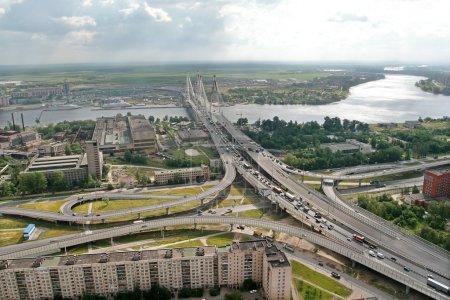 Foto de Carretera intercambio de la carretera de circunvalación y la Avenida obukhovskoy oborony, antes del puente bolshoi obuhovsky. la Federación rusa, San Petersburgo, 19 de julio de 2007. el puente está en construcción la segunda parte. bajo el puente del río neva. toma de fotografías - Imagen libre de derechos