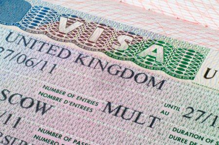 Photo pour Bouchent Royaume-Uni visa dans le passeport - image libre de droit