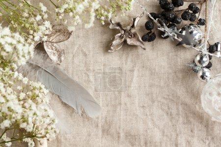 Photo pour Fond avec des jouets de Noël sur toile de lin et de fleurs de gypsophile blanc - image libre de droit