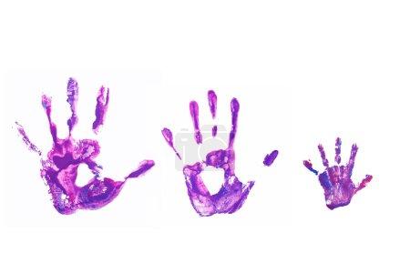 Photo pour Empreintes violettes de son père, de sa mère et de son enfant. Joyeux concept de famille. Isolé sur fond blanc . - image libre de droit