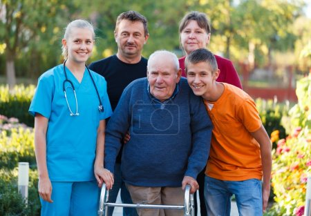Photo pour Family grand-père visite à la maison de retraite, l'aider avec le déambulateur. - image libre de droit