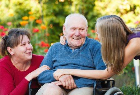 Photo pour Joyeux moment familial - épris de grand-père avec sa bien-aimée. - image libre de droit
