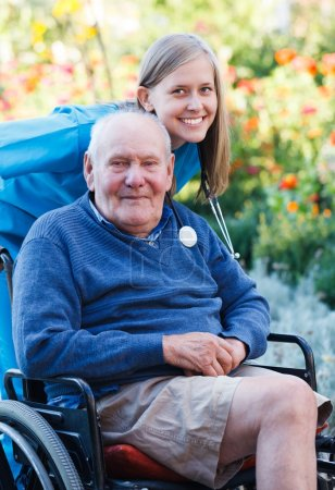 Photo pour Désactivé le vieil homme se satisfait de la qualité du service à domicile. - image libre de droit