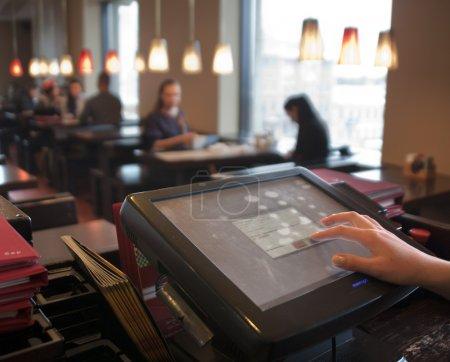 Photo pour Gagner la serveuse à la commande de vente comptant - image libre de droit