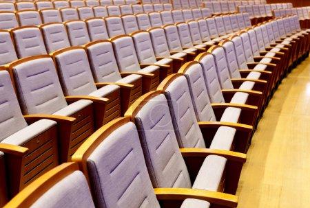 Photo pour Sièges vides dans la salle de concert - image libre de droit