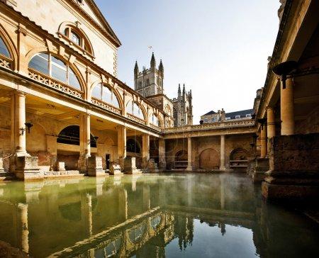 Photo pour Bains romains avec bain Réflexion abbatiale à Bath, Angleterre - image libre de droit