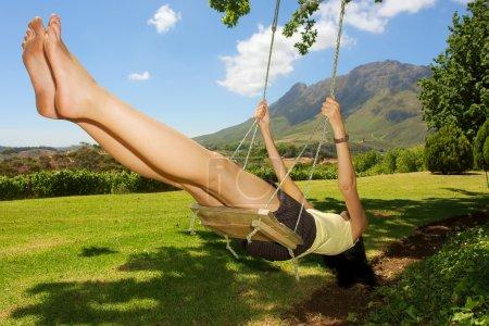 Photo pour Brave fille sur balançoire - montagnes impressionnants est un fond. tourné près de stellenbosch, western cape, Afrique du Sud. - image libre de droit