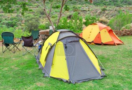 Photo pour Deux tentes et chaises sur le camping. Tourné dans les montagnes du Gifberg, près de Wanrhynsdorp, Western Cape, Afrique du Sud - image libre de droit