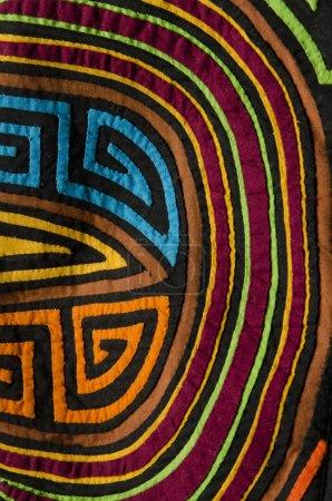 Photo pour Mola coloré, textile traditionnel d'ethnie colombienne kuna, fait à la main en utilisant la technique d'application . - image libre de droit
