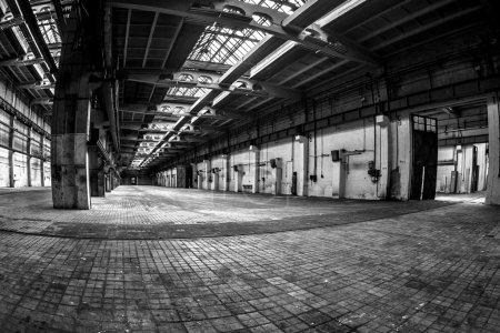 Photo pour Intérieur industrielle foncé d'un immeuble ancien - image libre de droit