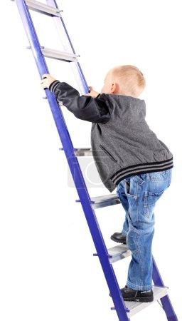 Photo pour Petit garçon monte les escaliers - image libre de droit