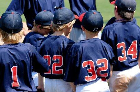 Photo pour Équipe de joueurs de baseball de petite ligue lors d'un match en groupe . - image libre de droit
