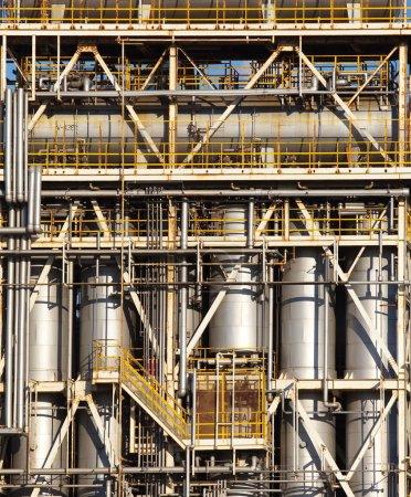 Photo pour Usine pétrochimique industrielle ou raffinerie de pétrole - image libre de droit