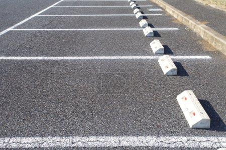 Photo pour Parking extérieur avec marquage blanc - image libre de droit